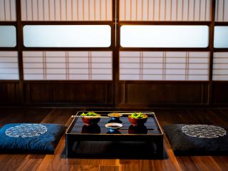 Japan_Dinner_Ryokan_16_9_(c)_Shutterstock